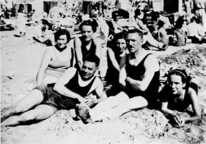 De familie Muller op het strand.