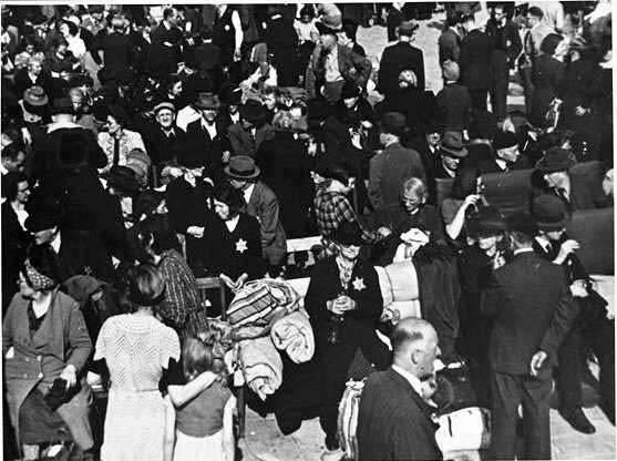 Opgepakte mannen, vrouwen en kinderen aan de Polderweg in Amsterdam, 20 juni 1943. Collectie Joods Historisch Museum.