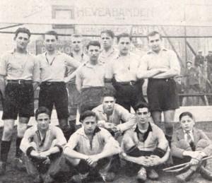 Het derde elftal van Vitesse in de jaren twintig. Onder, tweede van rechts, Happy.