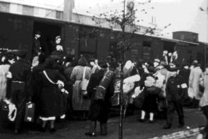 Een vertrekkende trein uit kamp Westerbork.