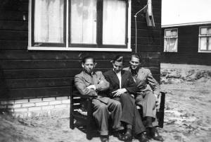 Jimmy Askenas (uiterst links) in kamp Westerbork.