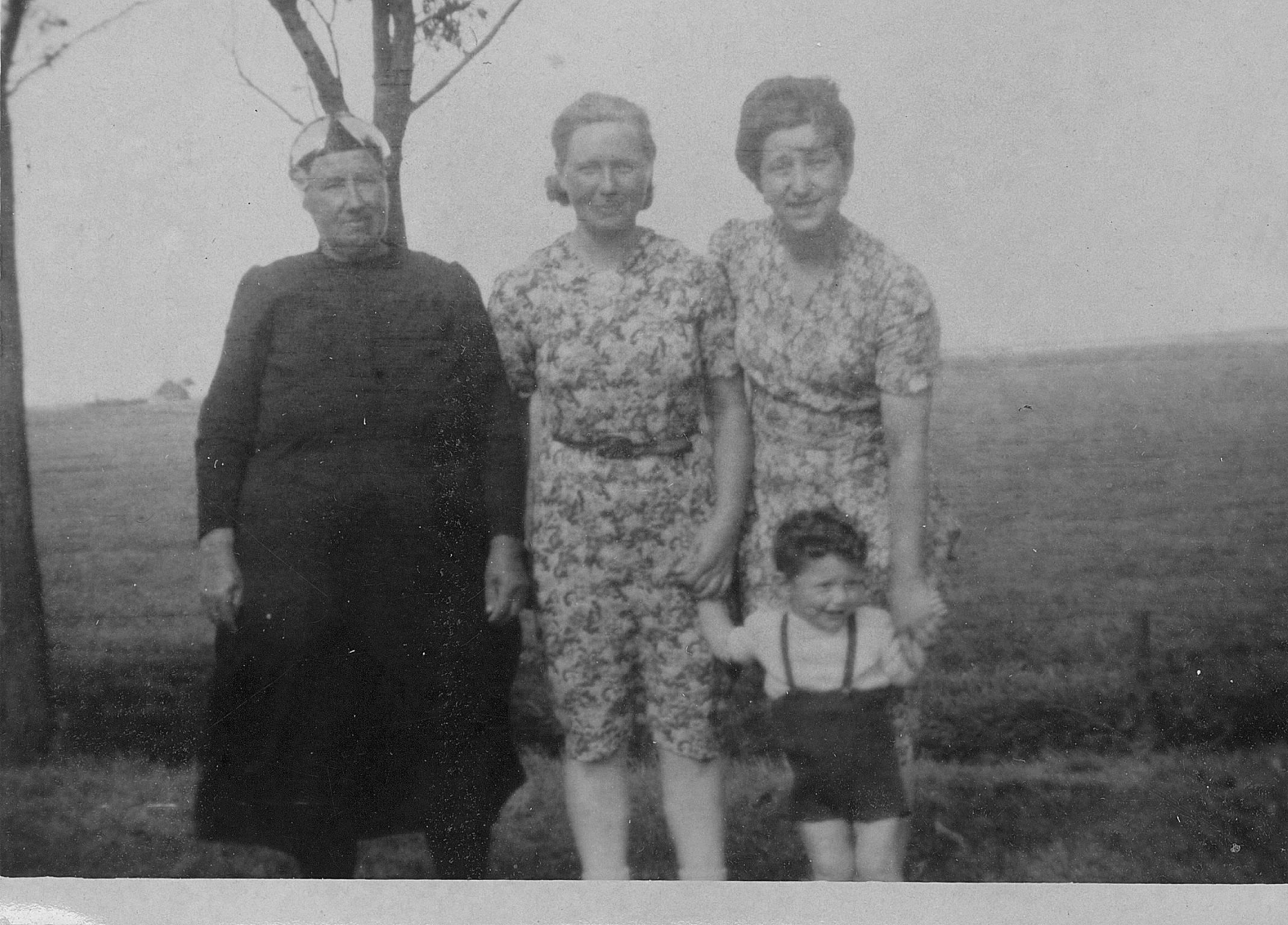 Betty met haar onderduikgevers en haar zoontje Bert.