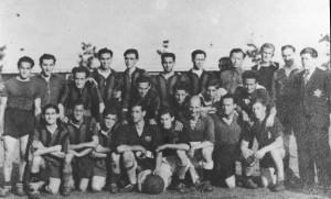 Voetbal in kamp Westerbork. Zittend links, tweede van onderen is Maupie Beetz.