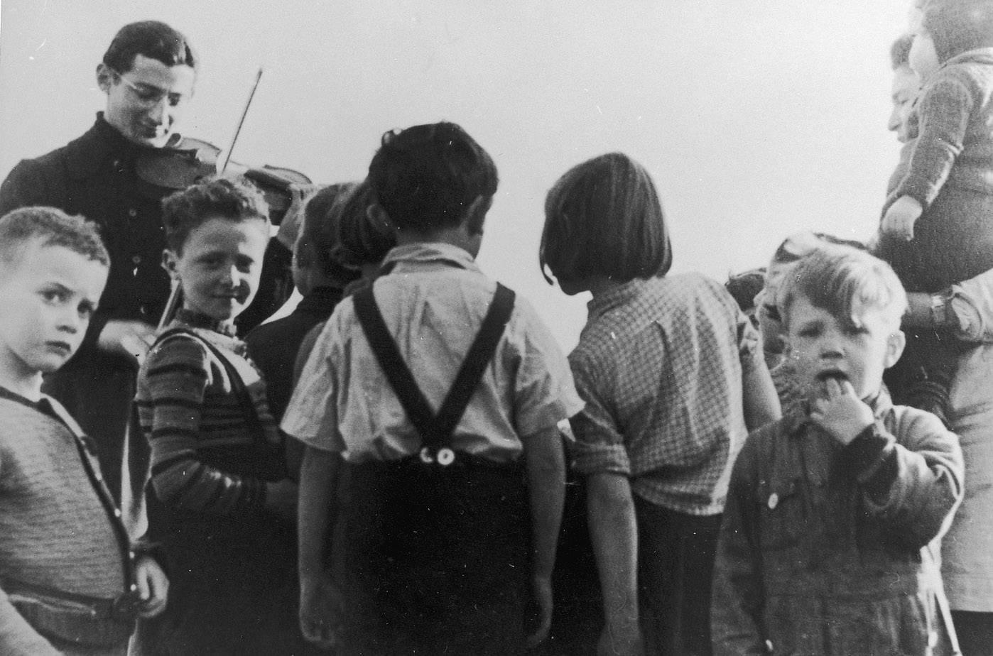 Benny speelt voor de kinderen in kamp Westerbork.