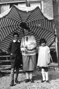 Henri's vrouw en kinderen, 1925.
