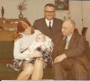Henri met zijn zoon, kleindochter en achterkleindochter in 1972.