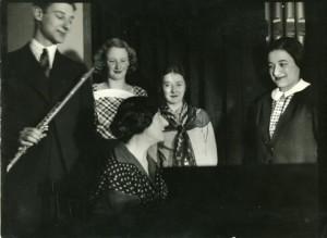 Van links naar rechts: Paul Goldschmidt, Annie van Os, Denise Restout en Gusta Goldschmidt, vooraan: Wanda Landowska.