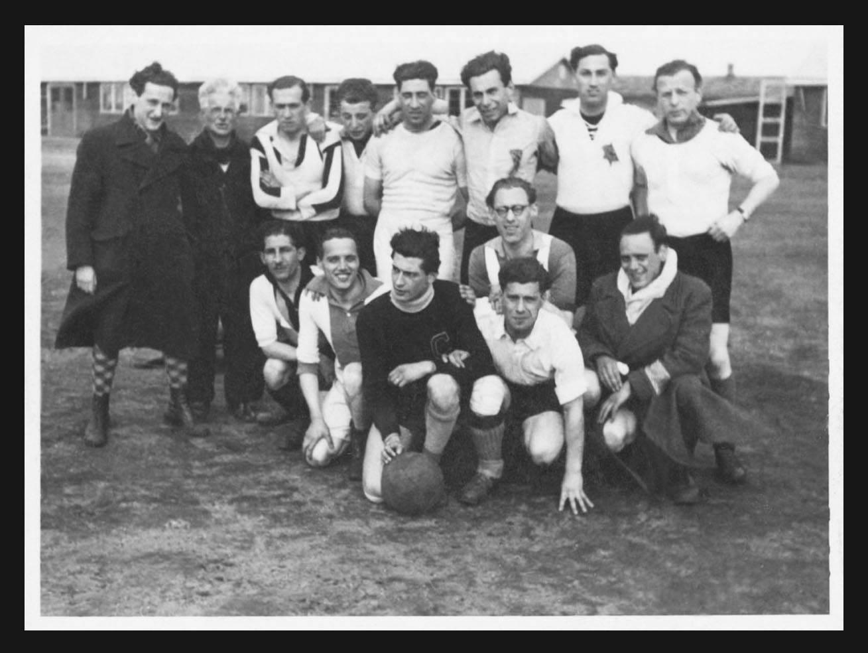 Het voetbalelftal van kamp Westerbork. Staand uiterst rechts is Chaim Blumenzweig