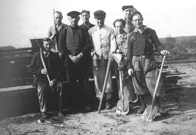 Het Joodse werkkamp Kremboong in 1942. Staand tweede van rechts Henk Bonewit