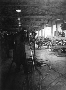 Collega cameraman en fotograaf Rudolf Breslauer aan het werk in kamp Westerbork.