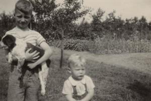 Herman Heikens met zijn broertje in kamp Westerbork.