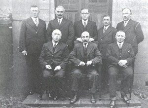 Simon de Beer, zittend rechts.