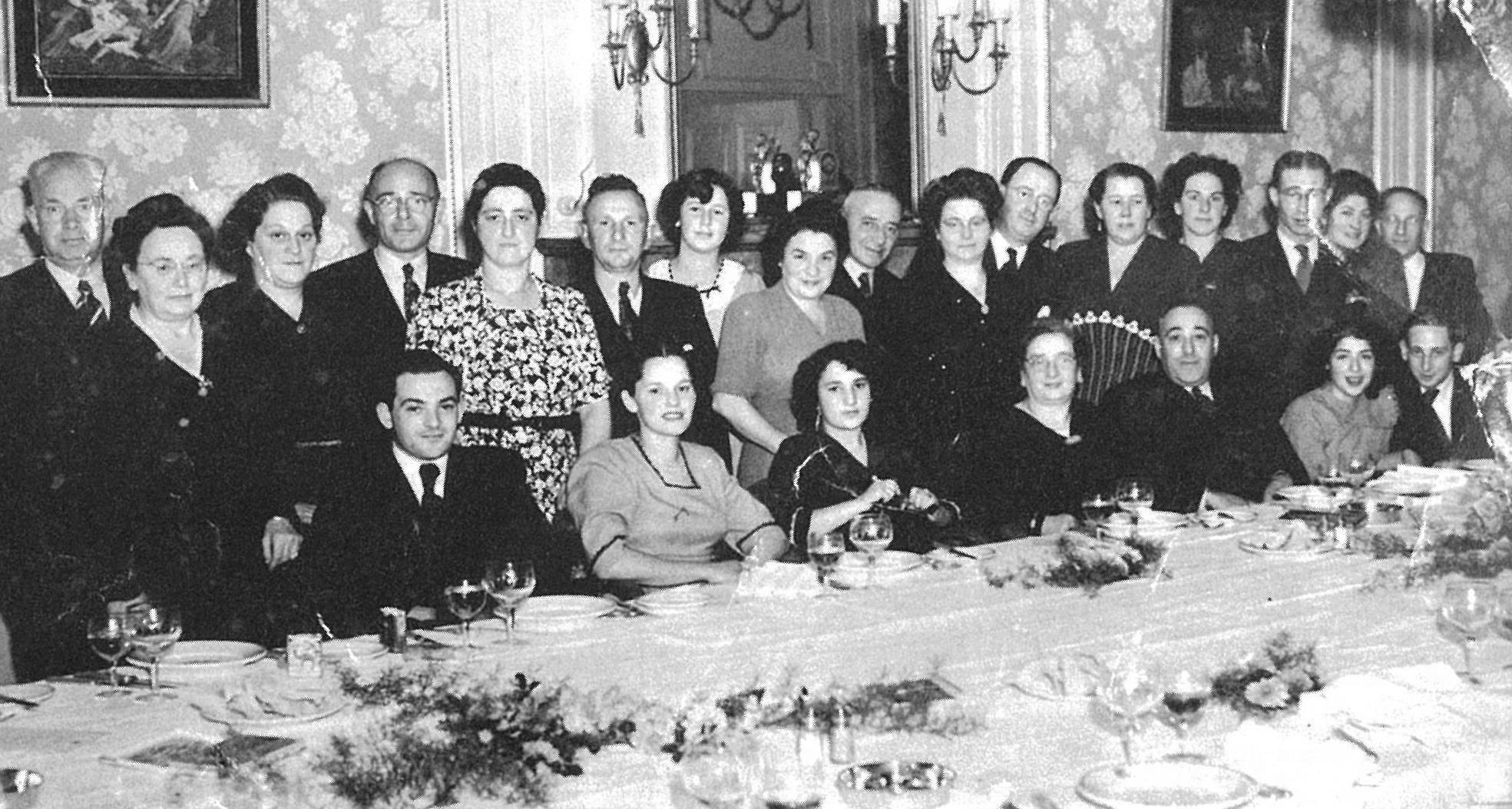 Een naoorlogs huwelijk van de familie de Beer. Staand van links als negende en tiende zijn Simon en Rika de Beer.