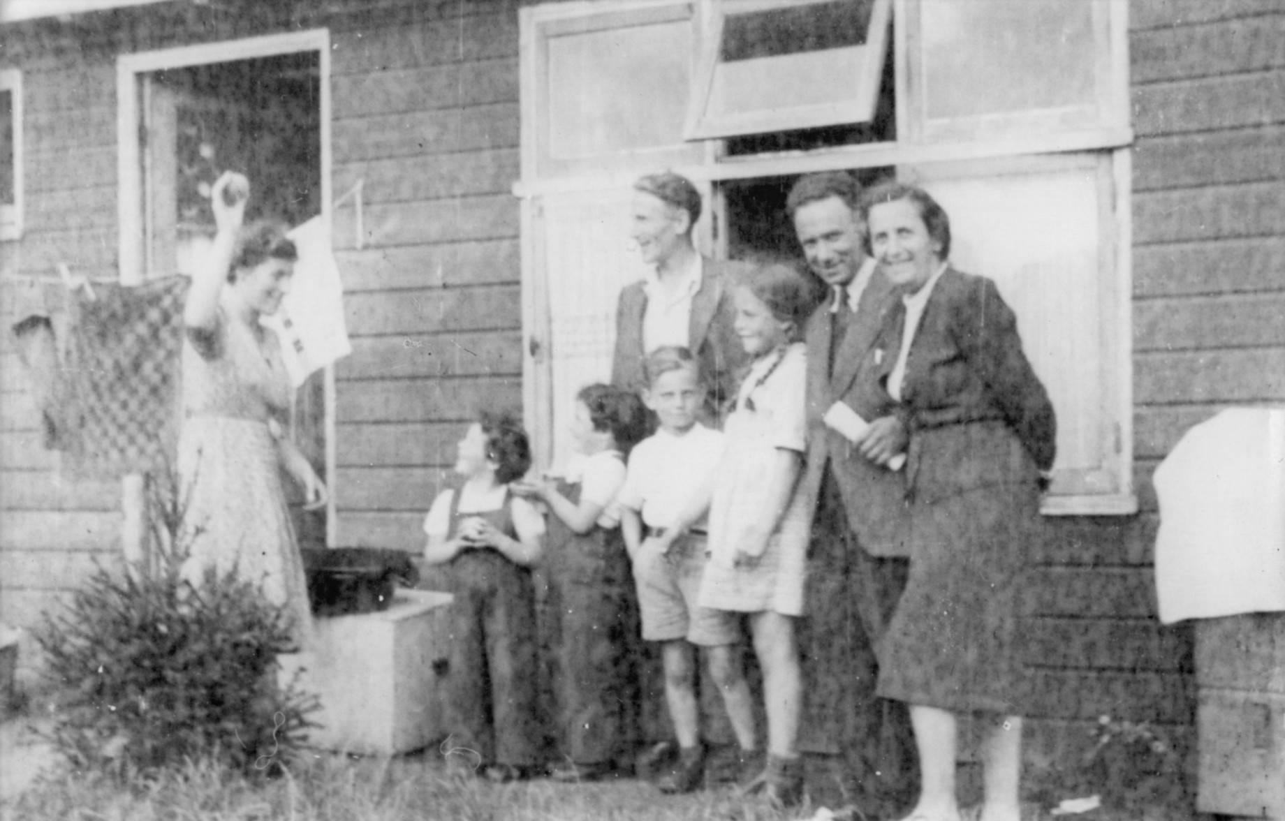 De ouders van Hans met Eva in kamp Westerbork voor hun huisje, 1945.