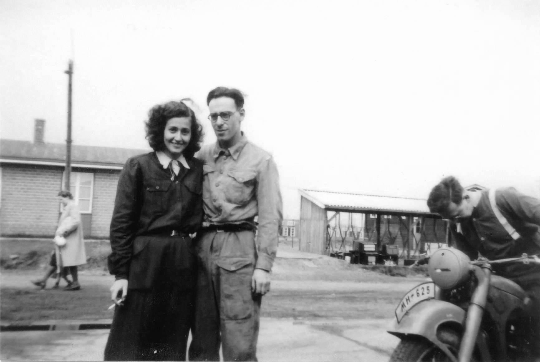 Hannelore met haar broer Erich in kamp Westerbork, 1945.