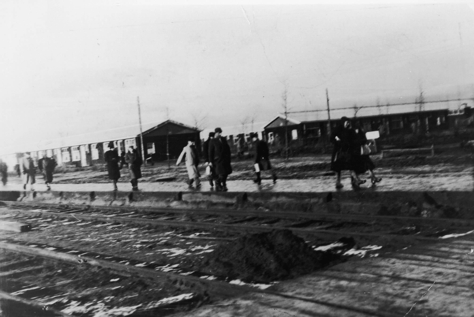Het perron in kamp Westerbork met daarachter barak 42, de barak van Karl.