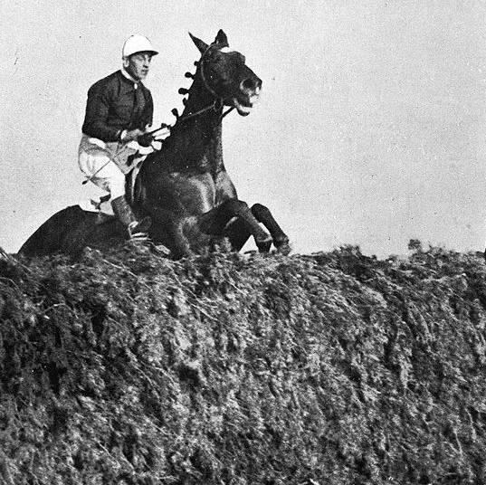Een paardenrace in de jaren dertig.