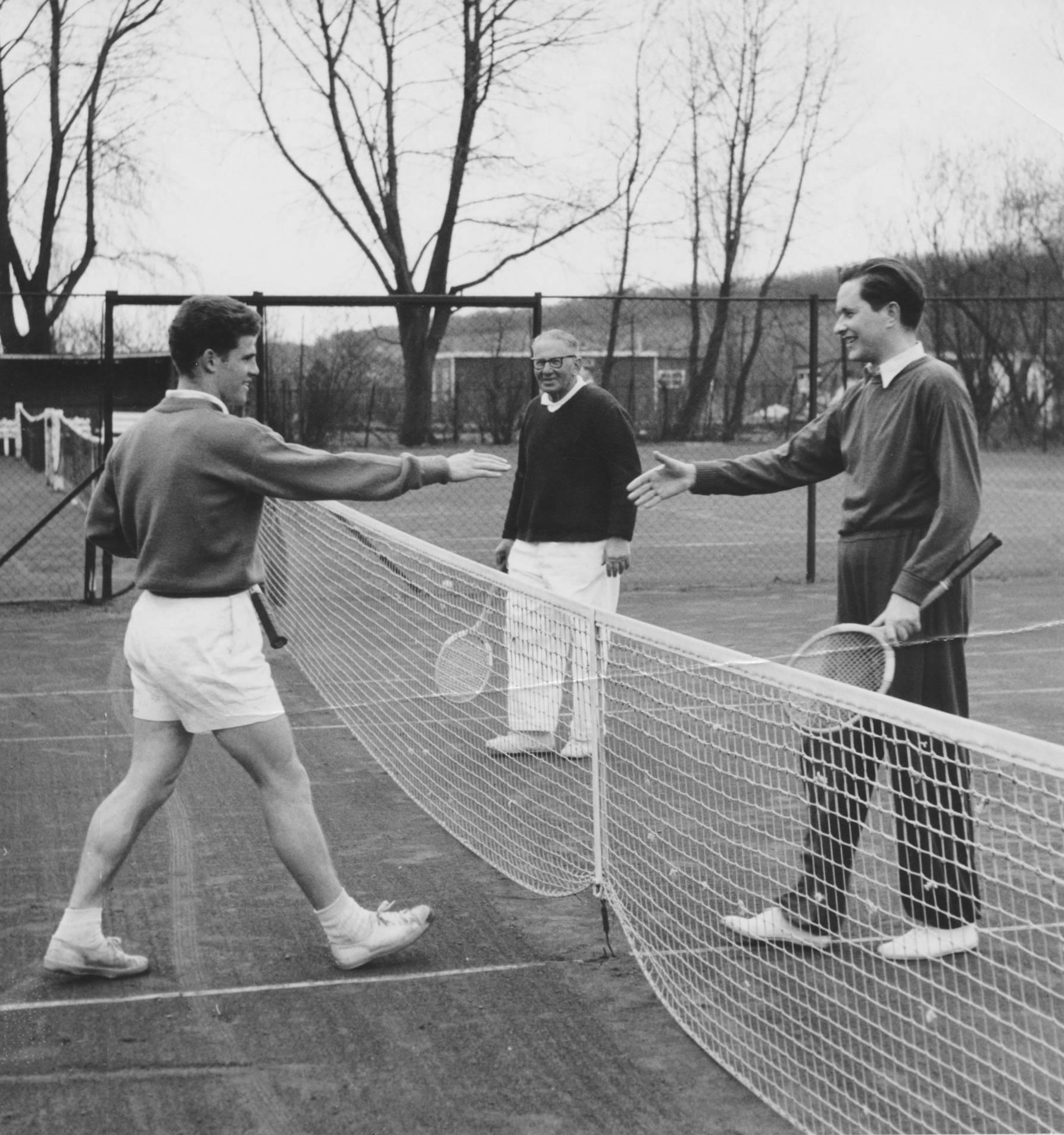 Rob Gurowitsch (l), Nicolas Gurowitsch en topschaker Paul Keres in de jaren vijftig.