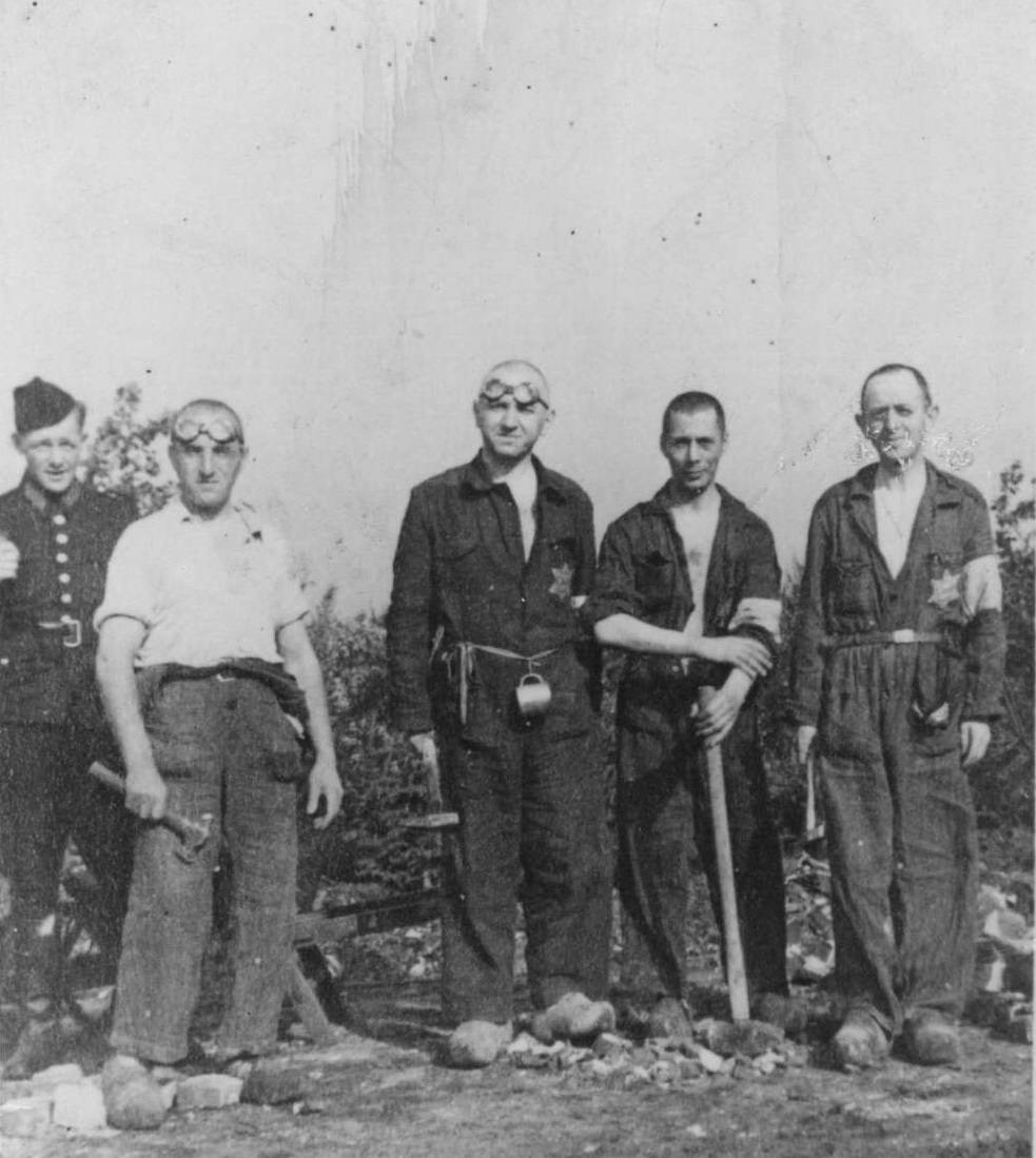 Lion Haagman (tweede van links) werkend aan de spoorlijn nabij kamp Westerbork, 1942.