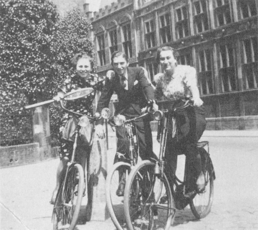 Zilpa Kruier,rechts, aan het einde van de jaren dertig.