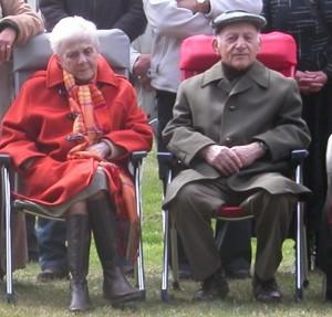 Lé op latere leeftijd met zijn vrouw bij een herdenking.