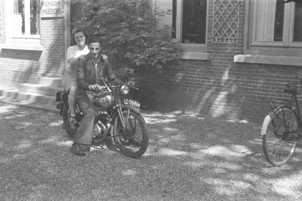 Herbert en Rachel in Noordwijk op vakantie, 1946.