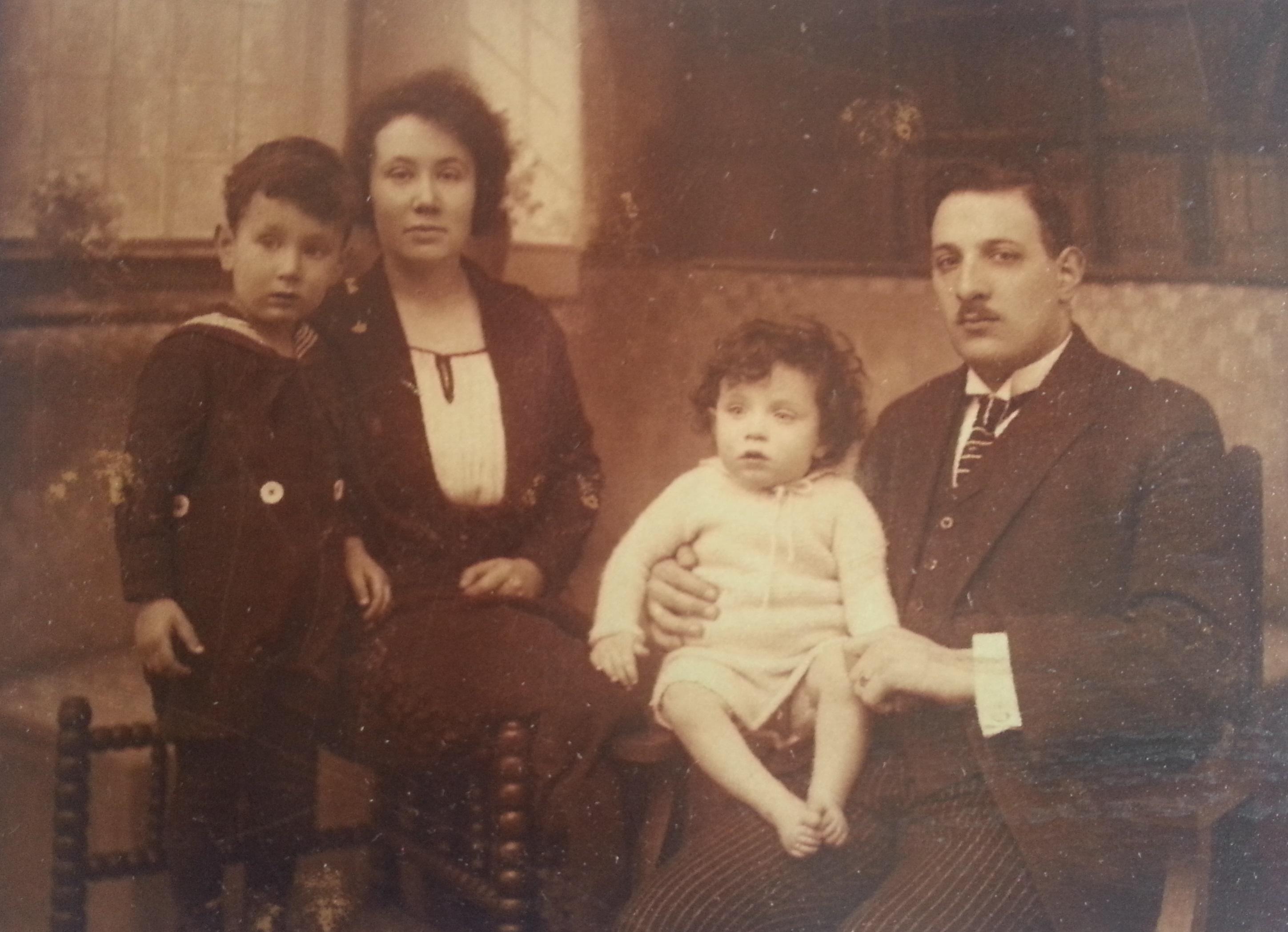 Salomon en Rachel met hun twee zonen.