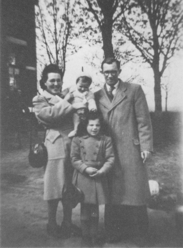 Barend en Nettie met Rennie en pleegbroertje Max.