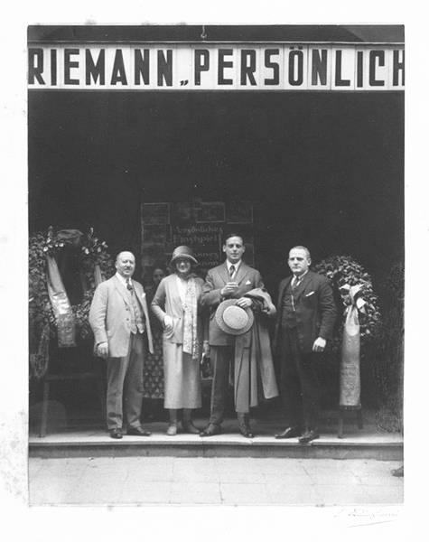 Baruch en Else Stein, staand links.