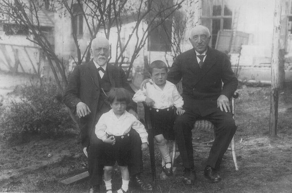Robert en Paul de Vries met hun grootvaders, 1928.