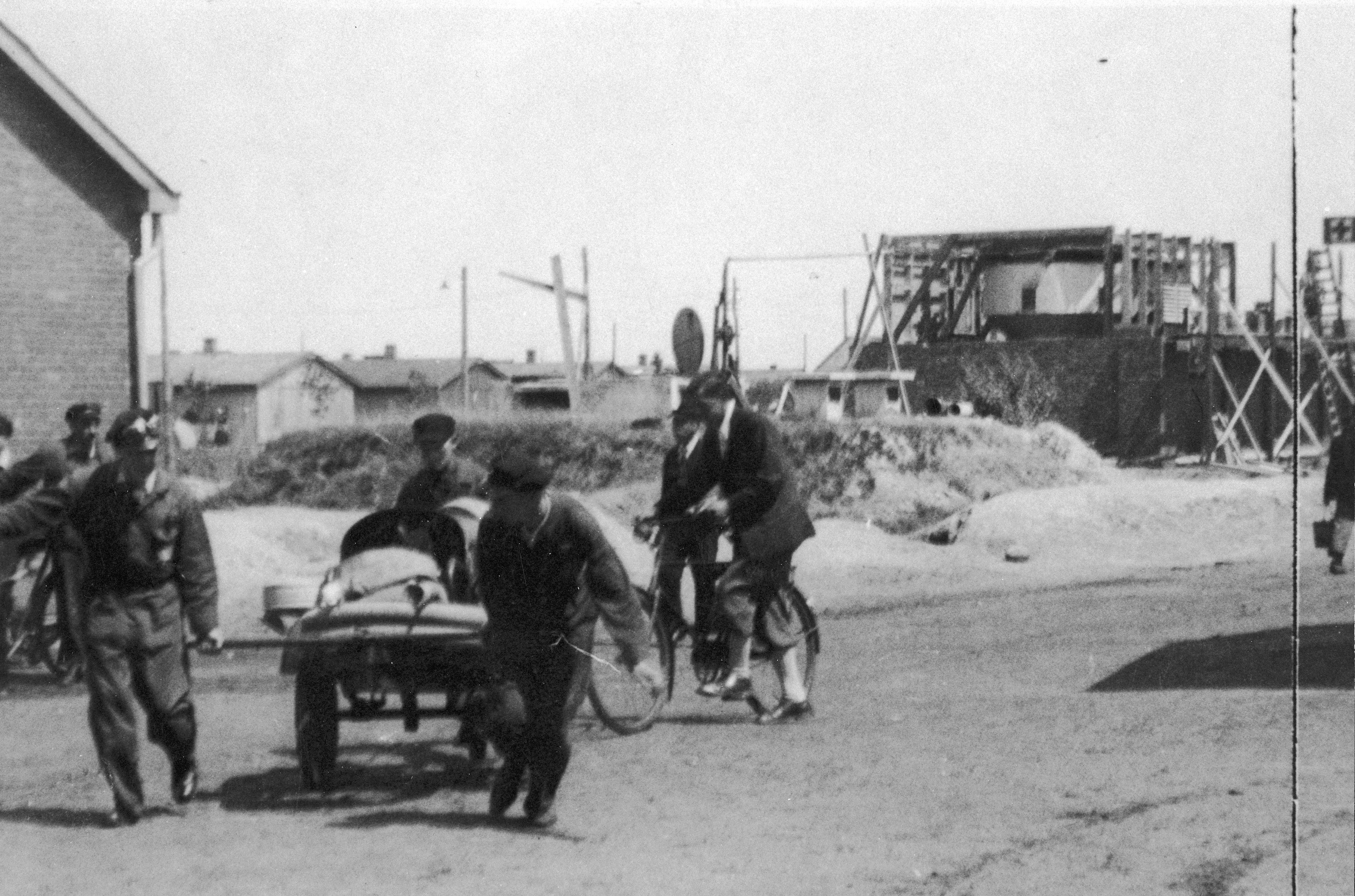 Erich Zielke vooraan bij de handkar. Kamp Westerbork, 1942.
