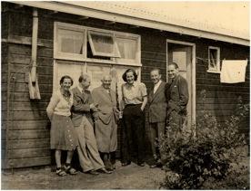 1945. Groepsportret in kamp Westerbork met Lisbeth.