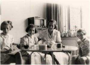 1947, Amersfoort. Lisbeth en de drie meisjes Oestreicher.