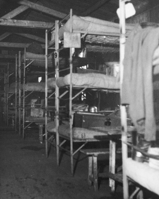Woonbarak in kamp Westerbork, 1945.