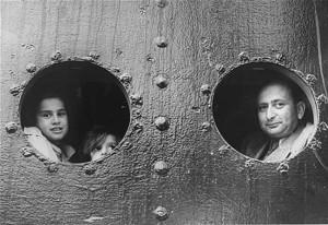 Fritz met zijn dochters op de St. Louis, 1939.