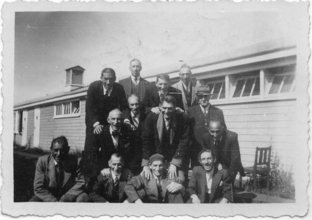 Louis Coster te midden van zijn barakgenoten in kamp Westerbork.
