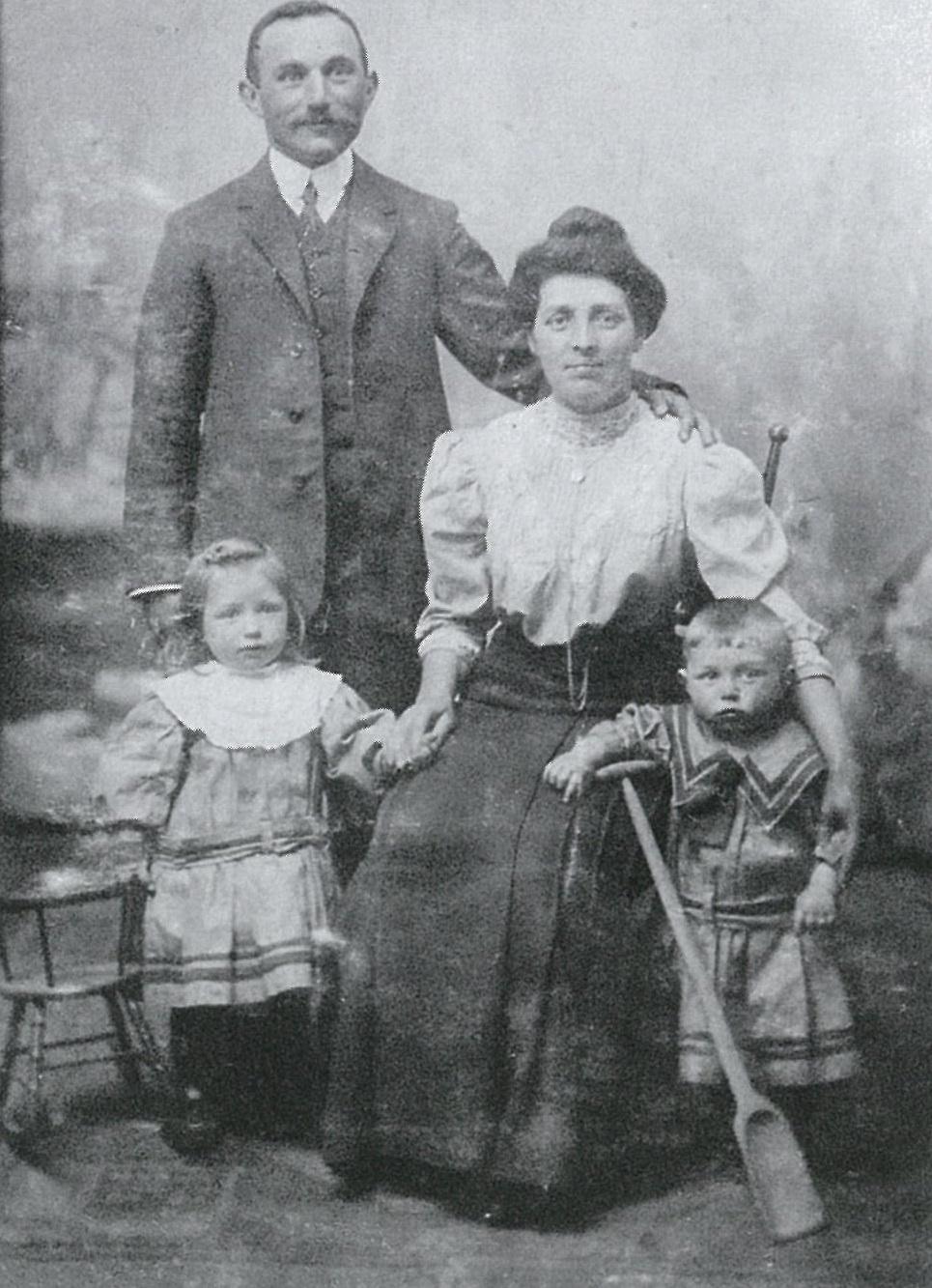 Emanuël Blok als kind met zijn ouders en zus Mimi.