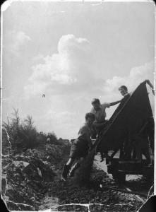 René aan het werk buiten kamp Westerbork.