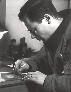 Wim Loeb in kamp Westerbork, bezig met het monteren van de Westerborkfilm.