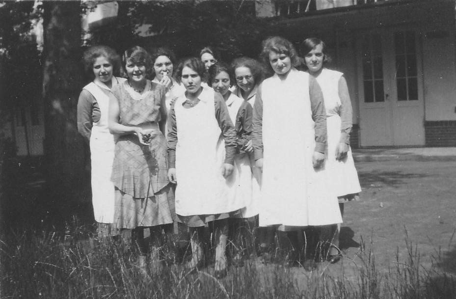 Verpleegsters in het Apeldoornsche Bosch.