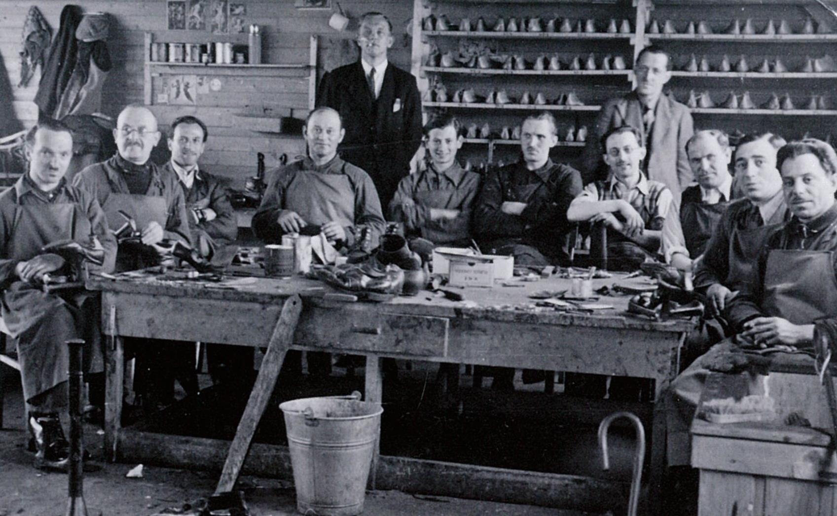 Schoenmakers in kamp Westerbork, 1942.