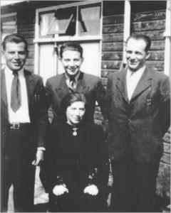 De familie Hartog in kamp Westerbork. Fritz (l), Kurt (m) en moeder Emma Hartog. Rechts neef Erich Gottschalk. Bron: http://familienbuch-euregio.eu/guest.html.