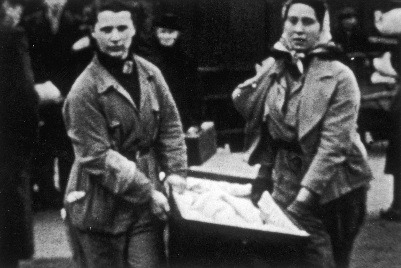 Twee leden van de FK aan het werk bij een transport.