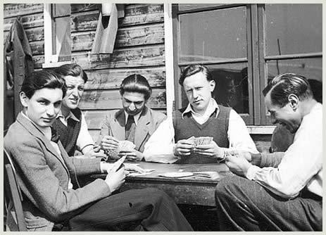 De bewoners van barak 21 aan het kaarten voor hun barak, 1940-1941.
