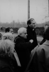 Ronny Naftaniel in Auschwitz in de jaren tachtig. Naast hem kampoverlevende Jules Schelvis.