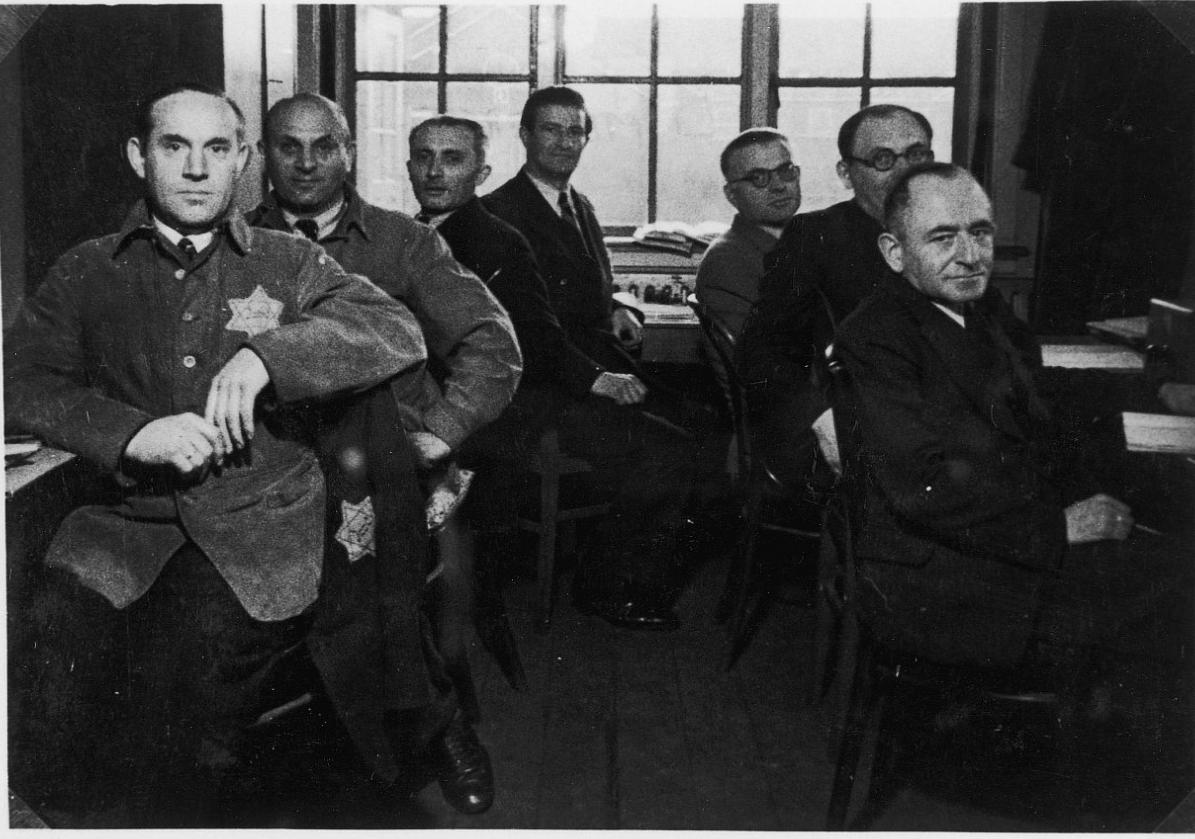 Het personeel van het Centrale Magazijn. In het midden Adolf Naftaniel.