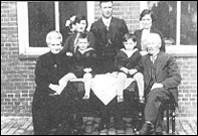 David en zijn moeder Henriëtte en hun familie in het begin van de jaren dertig.