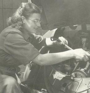 Riek na de oorlog als eerste vrouwelijke automonteur van Nederland.