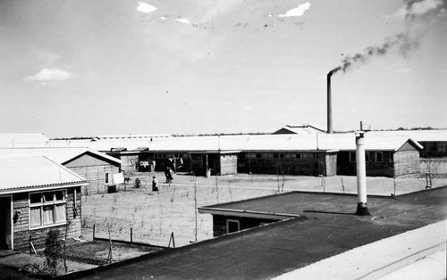 Op de voorgrond de barak waar de Contactcommissie kantoor hield.