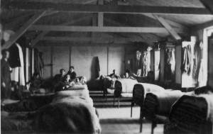 """Een """"vrijgezellenbarak"""" in het Vluchtelingenkamp Westerbork."""